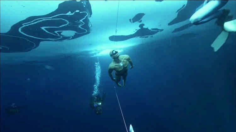 Он проплыл под метровой толщей льда 76 метров без акваланга и гидрокостюма