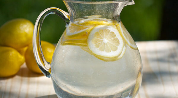 Пейте тёплую воду с лимоном каждое утро, но не делайте эту ошибку, которую совершают многие, когда пьют этот напиток! - Твой интернет