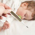 Когда стоит сбивать температуру у ребенка. Золотые правила