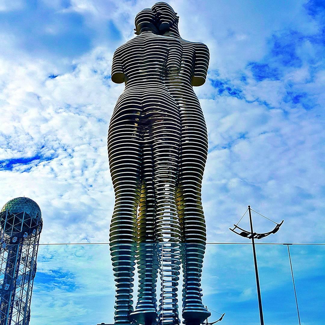 8 метровые статуи утраченной любви