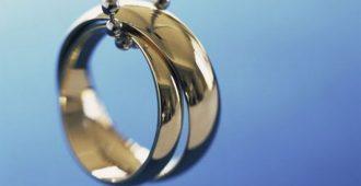 Что означает обручальное кольцо на цепочке на шее