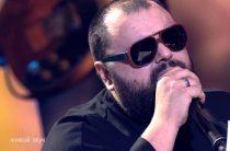 Потрясающий певец и талантливый композитор. Слушать его песни одно удовольствие!