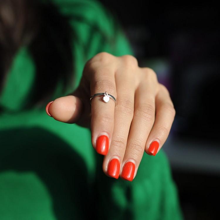 Что означает перстень на указательном пальце