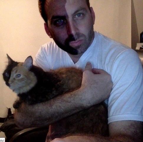 Кошка с чертами лица двух животных