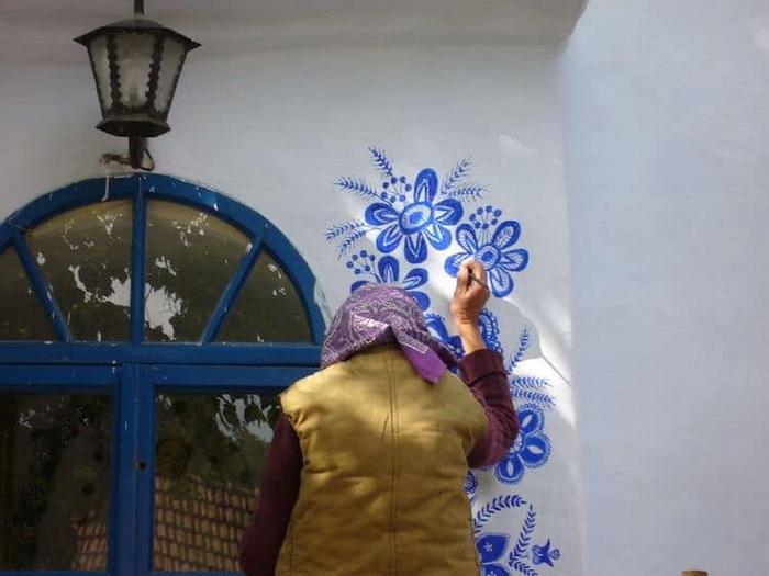 90-летняя мастерица разрисовала дома в чешской деревне