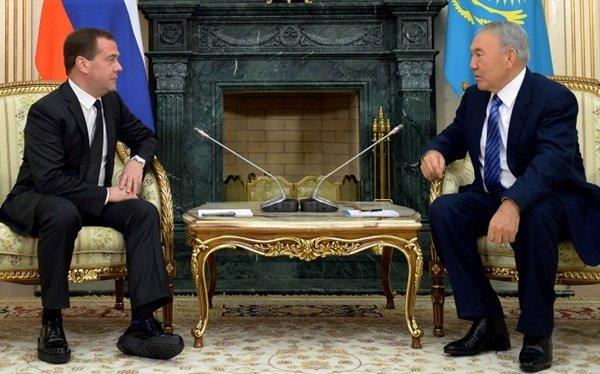 Дмитрий Медведев мастерски скрывает одеждой нестандартную фигуру