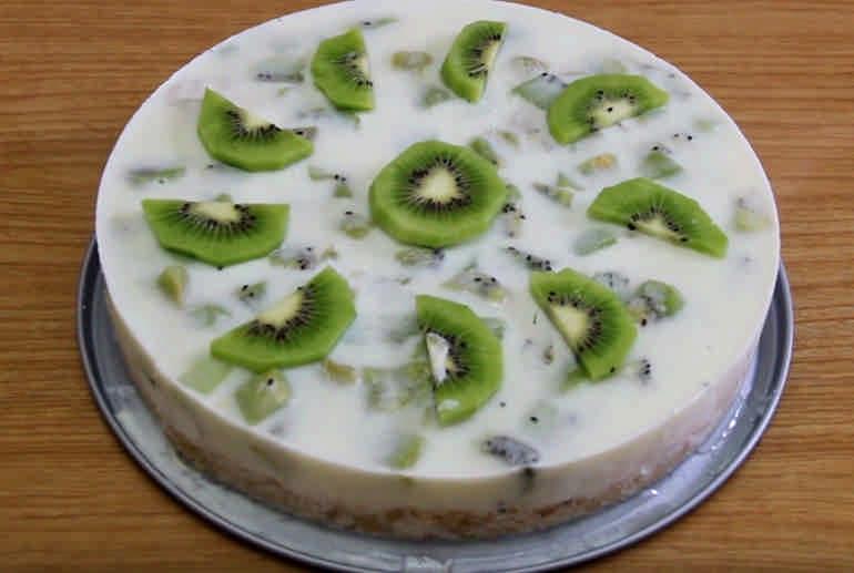 Торт с бананом и киви без выпечки