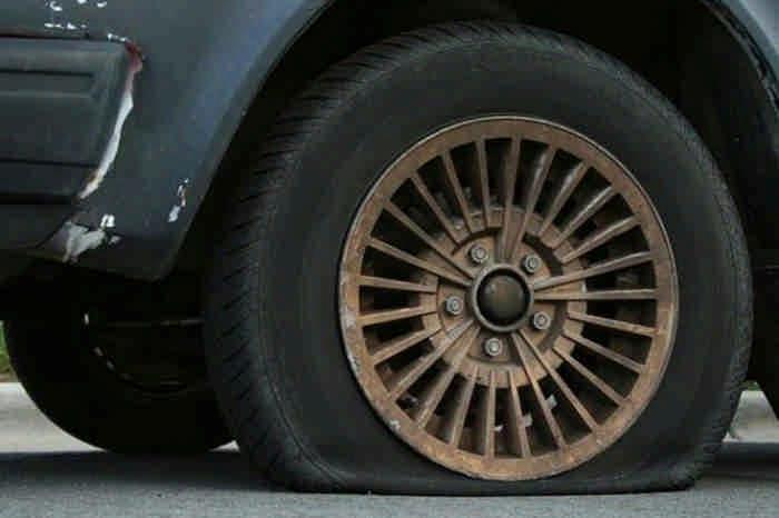 Он помог пожилой женщине поменять колесо. И только вечером понял, что произошло на самом деле…
