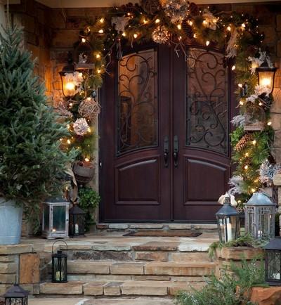 Оригинальные решения, как украсить входную дверь к Новому Году