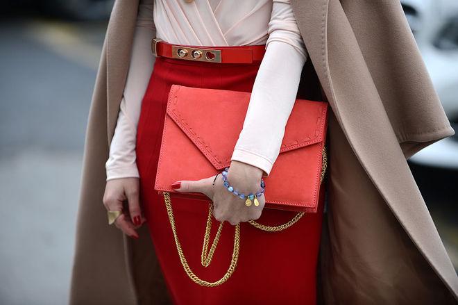С чем носить красный цвет осенью: 7 стильных образов
