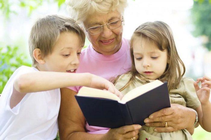 Ты же бабушка! Как правильно - сидеть с внуками или жить своей жизнью?